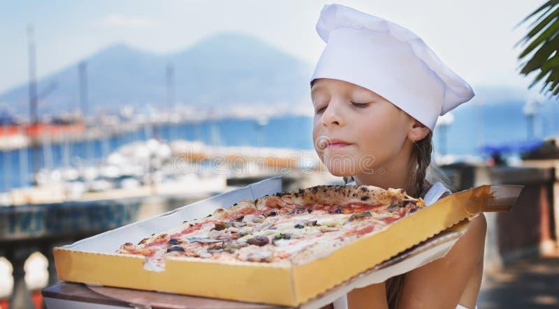 在倾吐的餐馆沙拉的主厨概念食物新鲜的厨房油橄榄 薄饼 免版税图库摄影