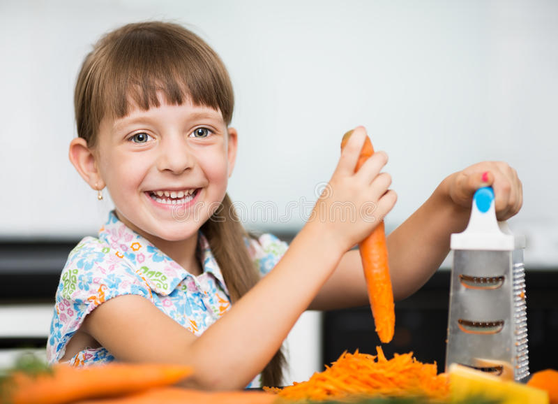在倾吐的餐馆沙拉的主厨概念食物新鲜的厨房油橄榄 免版税库存图片