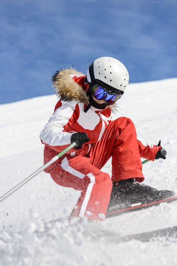在倾斜的女孩坡道滑雪,安道尔 免版税图库摄影