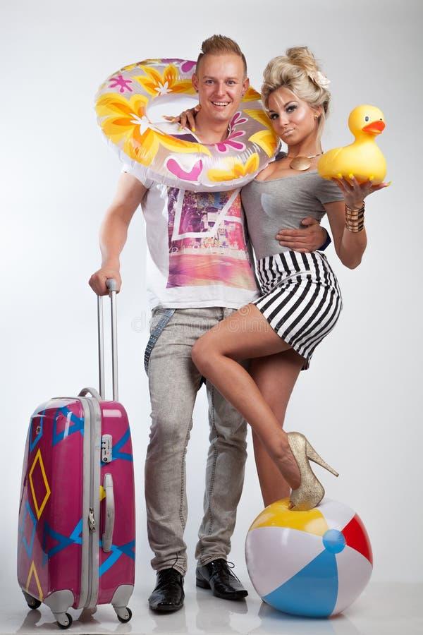 在假日心情的有吸引力的夫妇 免版税库存照片