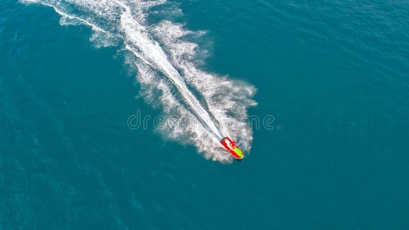 在假日期间,人们海上演奏喷气机滑雪 天线vi 库存照片