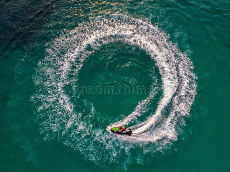 在假日期间,人们海上演奏喷气机滑雪 并且美好的自然背景 图库摄影