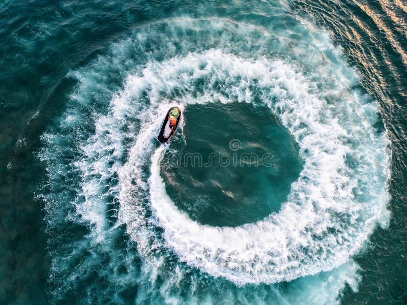 在假日期间,人们海上演奏喷气机滑雪 免版税库存照片