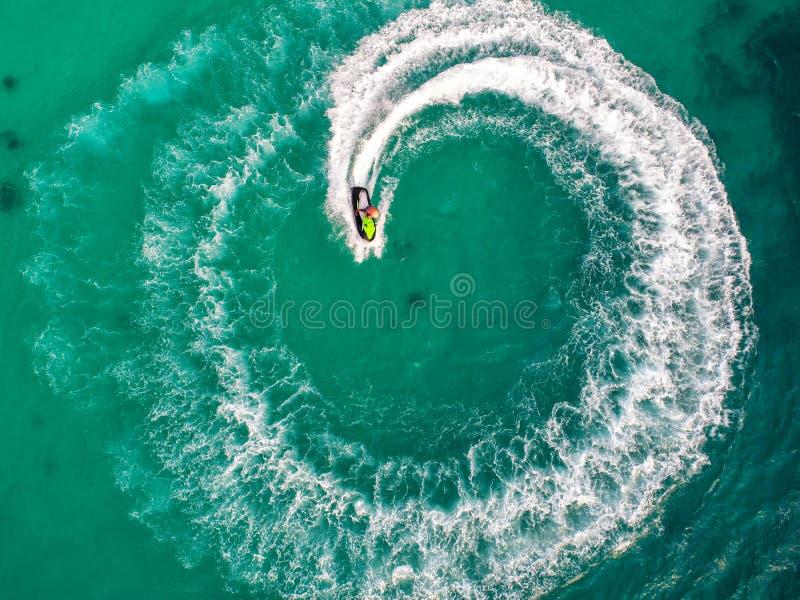 在假日期间,人们海上演奏喷气机滑雪 免版税库存图片