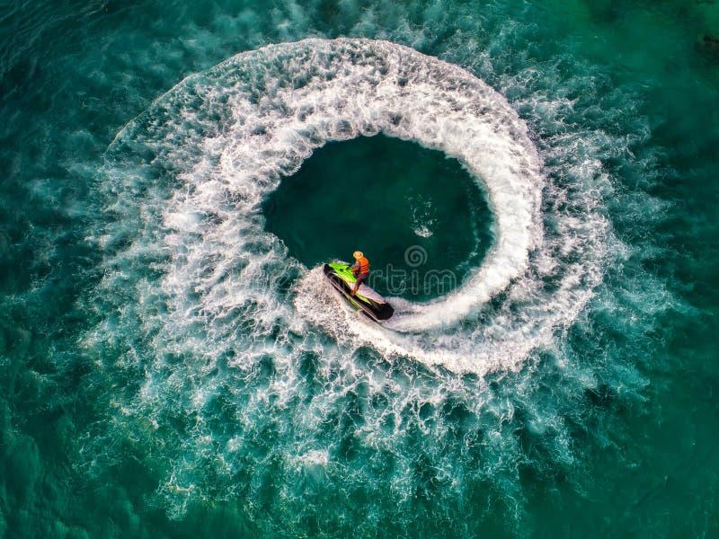 在假日期间,人们海上演奏喷气机滑雪 库存图片