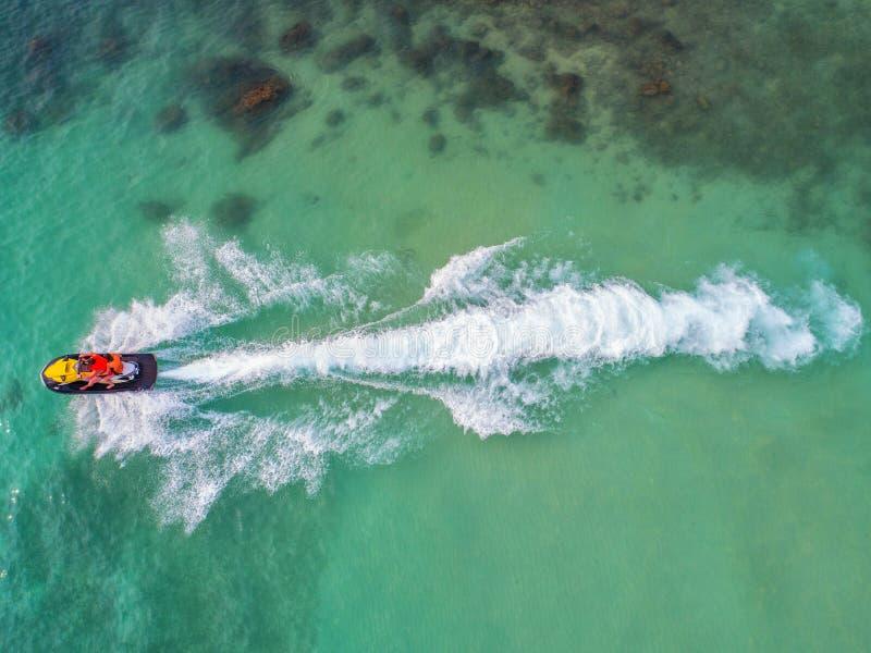 在假日期间,人们海上演奏喷气机滑雪 免版税图库摄影