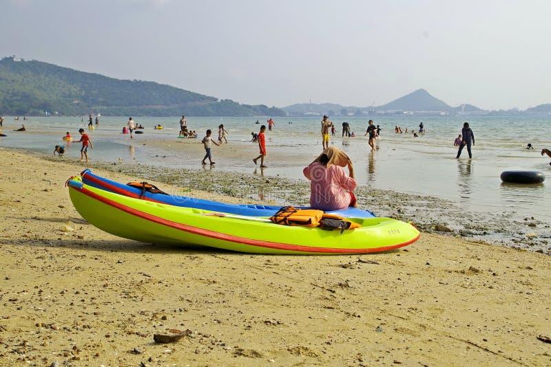 在假日期间,泰国人在海滩来旅行 免版税库存图片