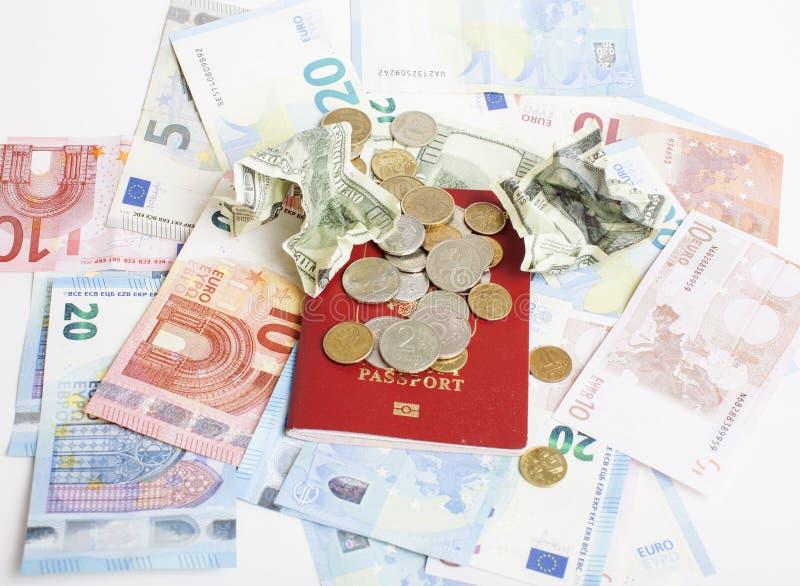在假期生活方式概念的旅行:兑现在桌上的金钱在与护照的混乱并且改变 免版税库存照片