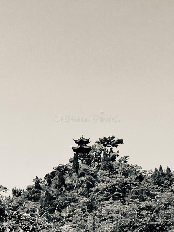 在偏僻的峰顶上面的偏僻的古老亭子  免版税库存图片