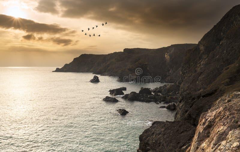 在偏僻的小海湾的美好的日落 免版税库存照片
