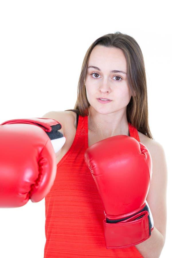 在做与红色手套的拳击锻炼期间的拳击手妇女直接命中 免版税库存图片