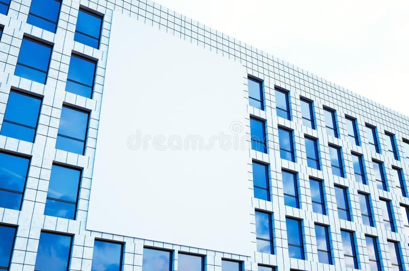 在做广告的中心大城市生动描述大空白的广告牌,在现代摩天大楼的显示 水平的大模型 3d 图库摄影