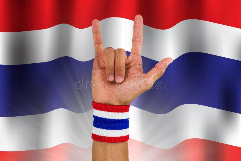 在做我爱你标志的人` s腕子的泰国全国颜色布料袖口在挥动全国泰国旗子背景 皇族释放例证
