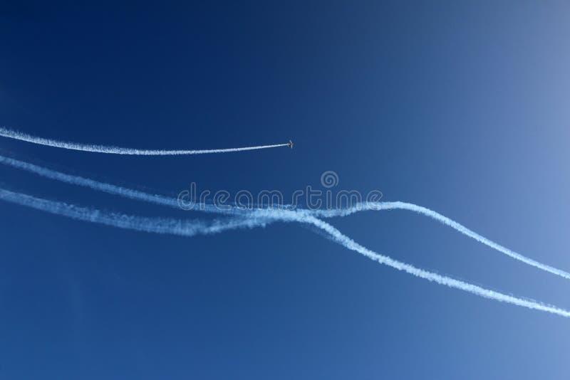 在做特技的天空的飞机在飞行表演 图库摄影