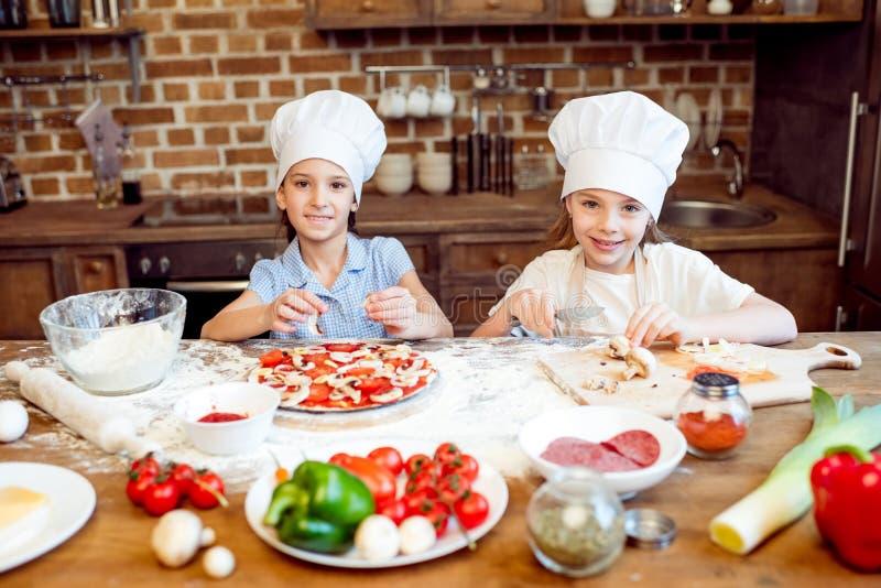 在做薄饼的厨师帽子的孩子 免版税图库摄影