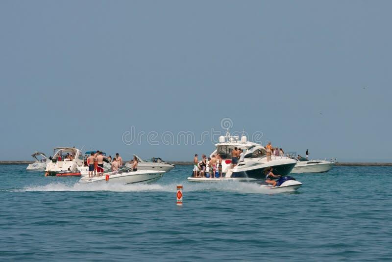 在停住的小船的人当事人密执安湖 免版税库存图片