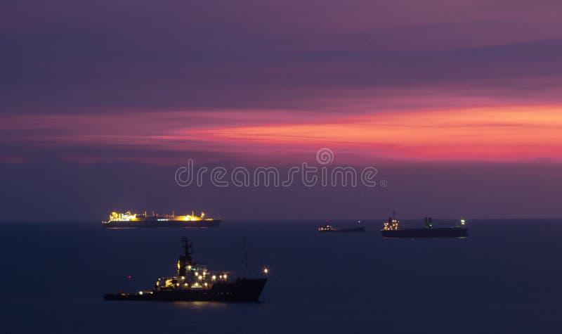 在停住的集装箱船的日落在高雄 图库摄影