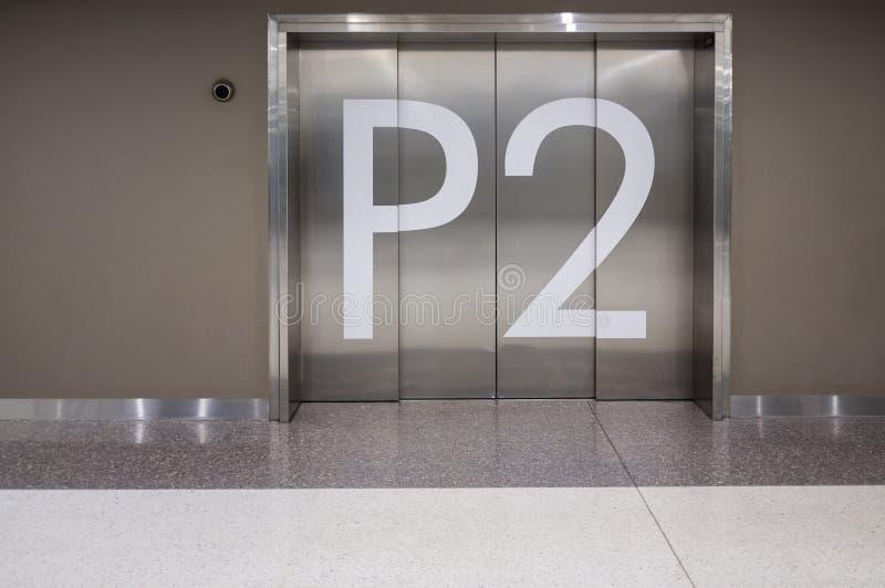 在停放地下第2级的电梯门 库存图片