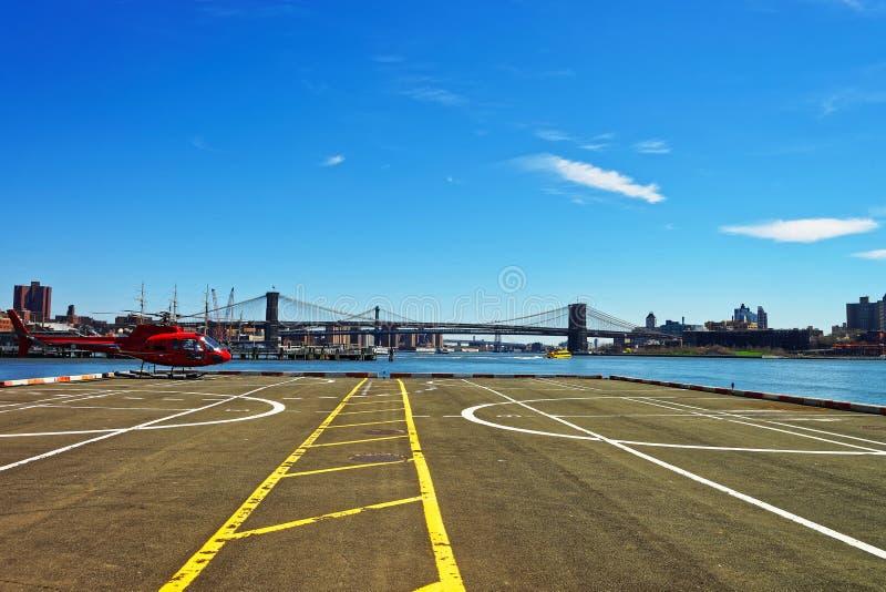 在停机坪的直升机在曼哈顿下城美国的码头6 库存照片