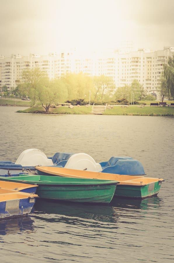在停泊的小船在城市公园/走的小船在湖 免版税库存照片