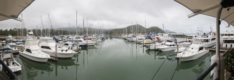 在停泊的游艇-礁石小游艇船坞 免版税库存图片