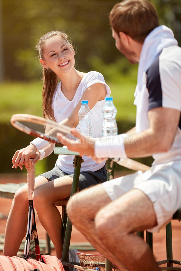 在停留的网球夫妇使用 免版税图库摄影