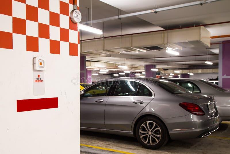 在停车场复合体的紧急警报应急按钮安全的 免版税库存照片