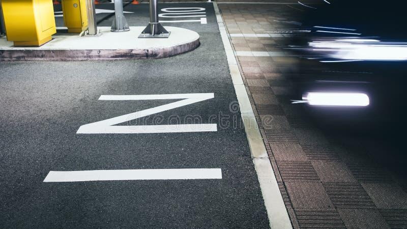 在停车场室外停车处的标志的标志 免版税库存照片