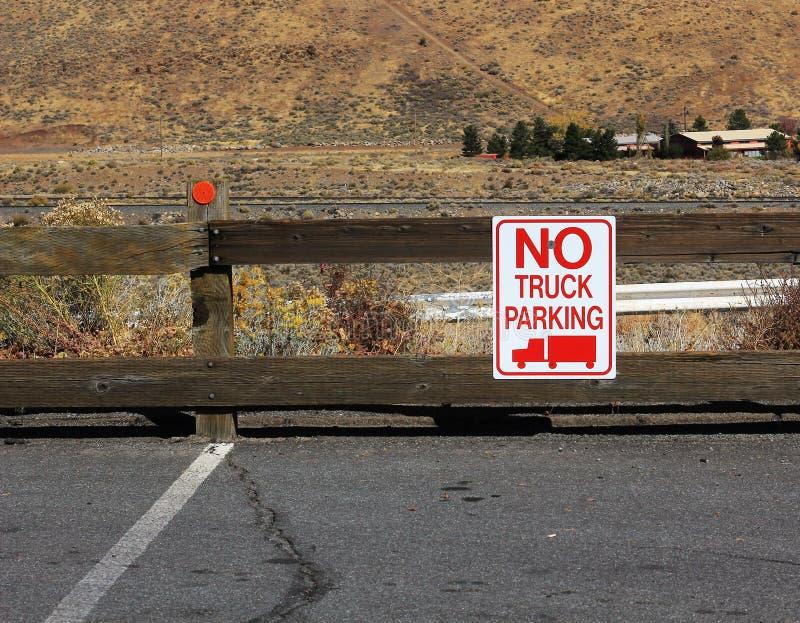 在停车场张贴的没有卡车停车处标志 免版税库存图片