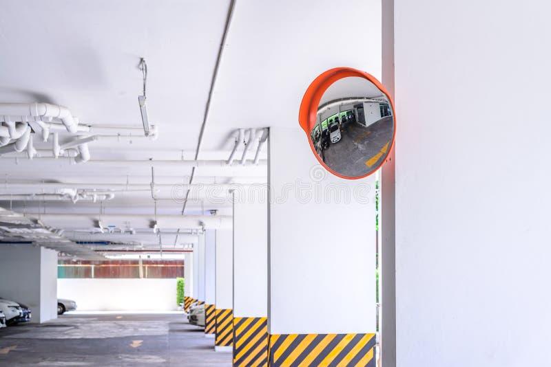 Download 在停车场的交通凸镜 库存图片. 图片 包括有 凸面, 通信工具, 方式, 驱动, 公园, 业务量, 护拦 - 59109513