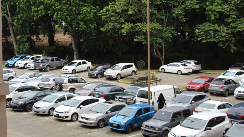 在停车场的很多汽车 免版税图库摄影