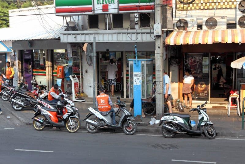 在停车场的摩托车出租汽车在商店在泰国曼谷的首都 免版税库存图片