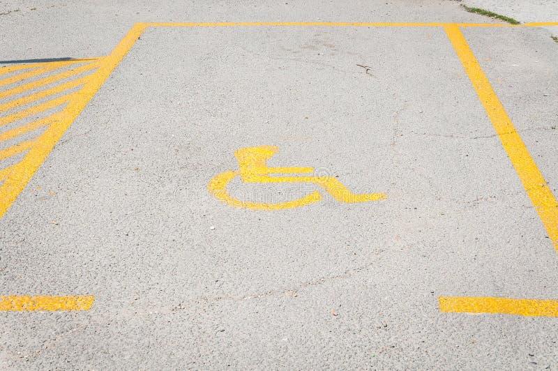 在停车场的有残障的残疾象标志或空白区在城市街道的停车场 图库摄影