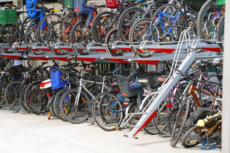 在停车场的自行车 免版税库存照片