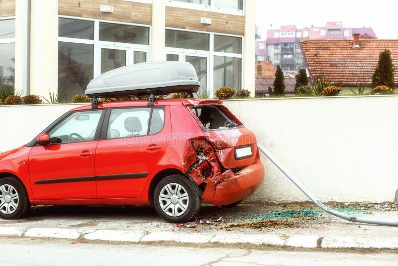 在停车场的被击毁的汽车 图库摄影