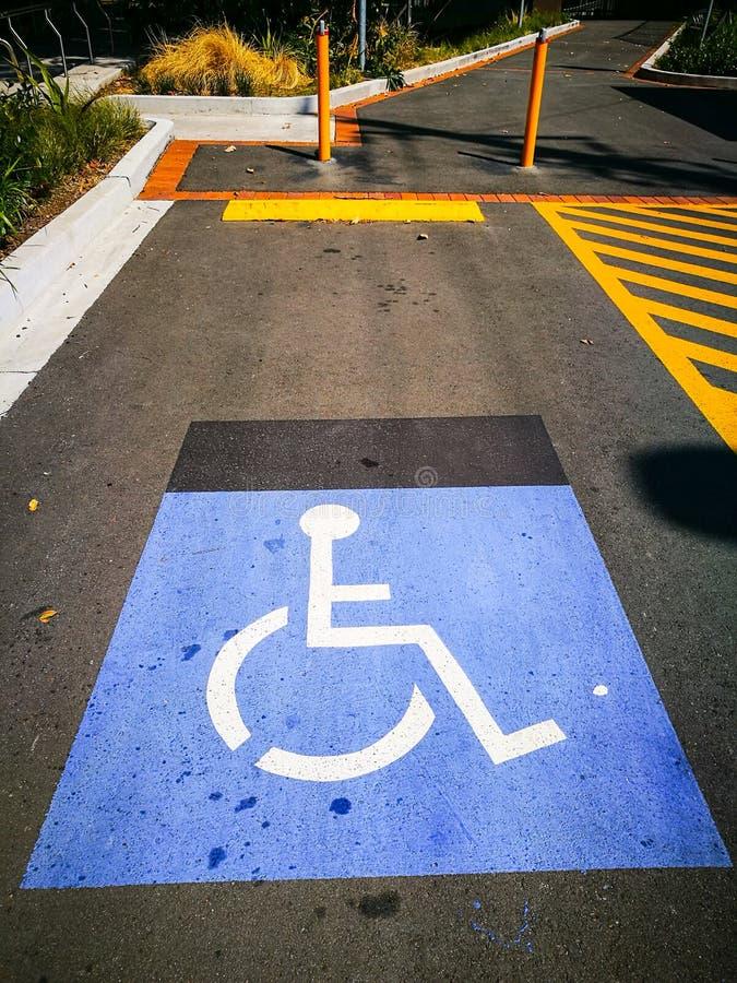在停车场的警报信号障碍容易接近的停车位的需要 免版税图库摄影
