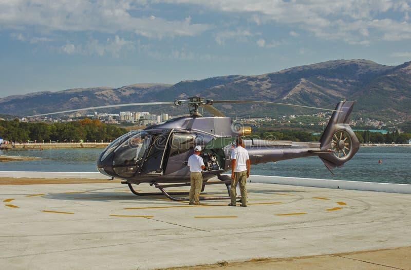 在停车场的直升机飞行表演 免版税库存照片