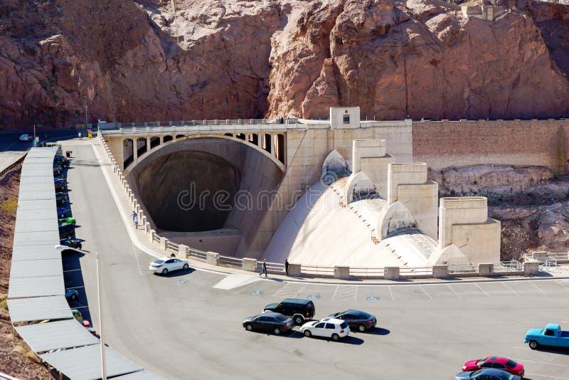 在停车处和溢洪道隧道的胡佛水坝视图 库存照片