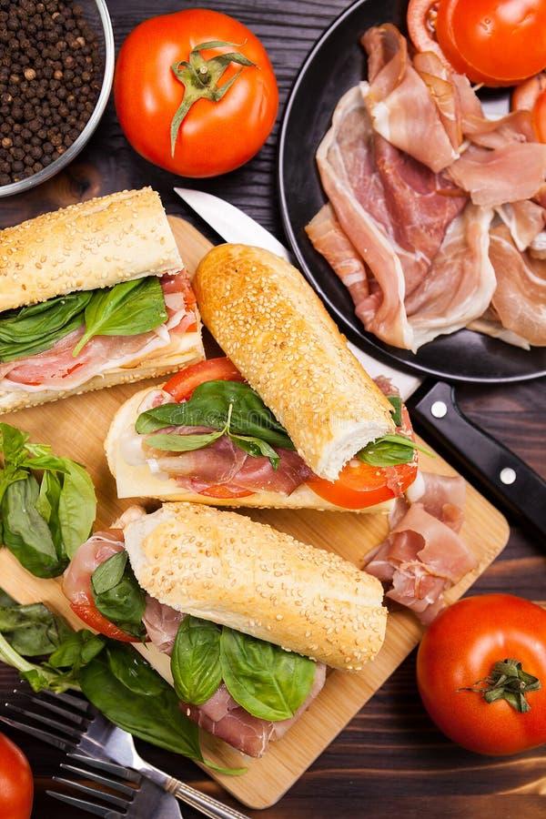 在健康三明治的顶视图在那的成份旁边它的地方 图库摄影
