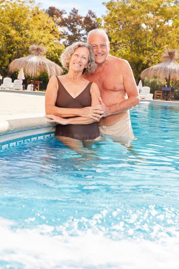 在健康旅馆的水池的资深夫妇 免版税库存照片