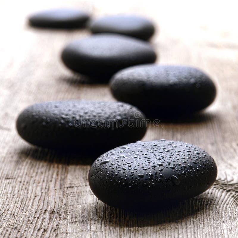 在健康温泉的湿优美的按摩石头 免版税库存照片
