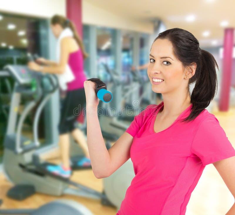在健身俱乐部的妇女训练 库存图片