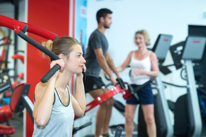 在健身俱乐部的活跃成人 库存图片
