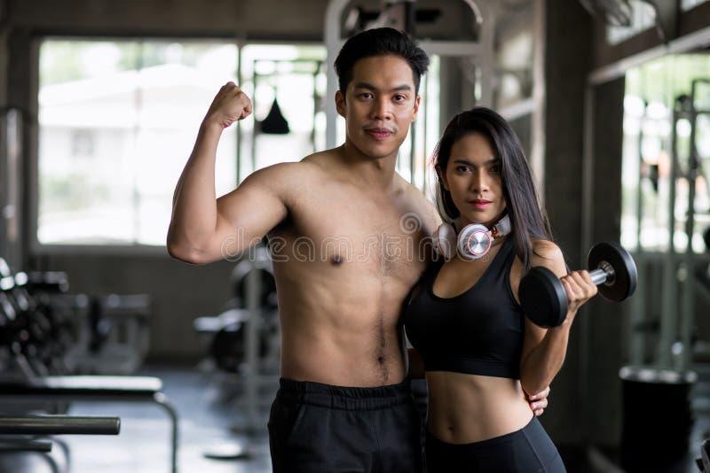 在健身健身房的健康亚洲夫妇 免版税库存图片