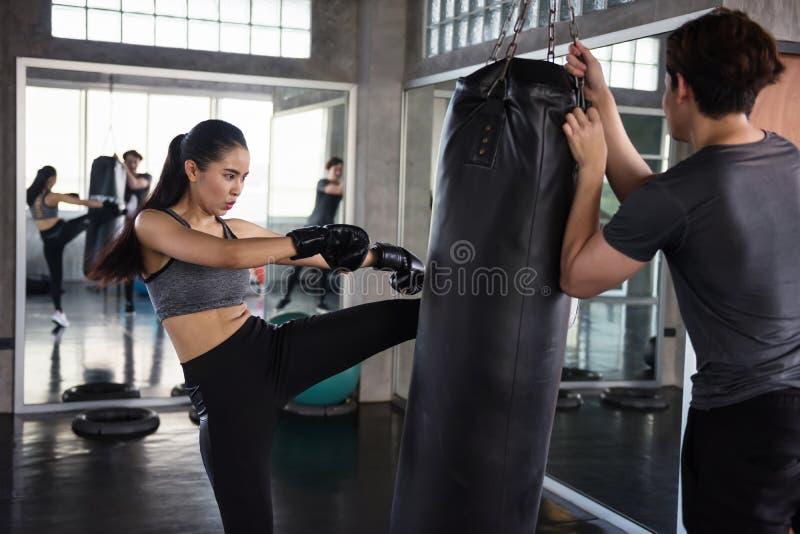 在健身健身房的泰拳训练 图库摄影