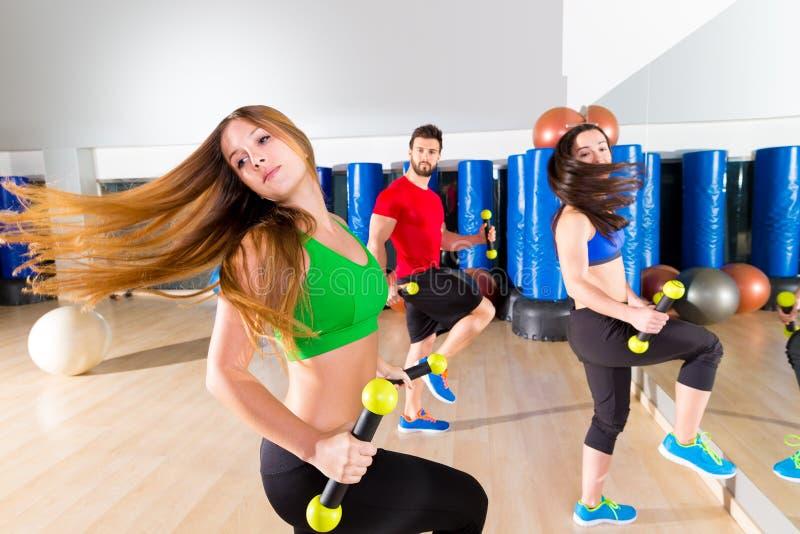 在健身健身房的Zumba舞蹈心脏人小组 库存图片
