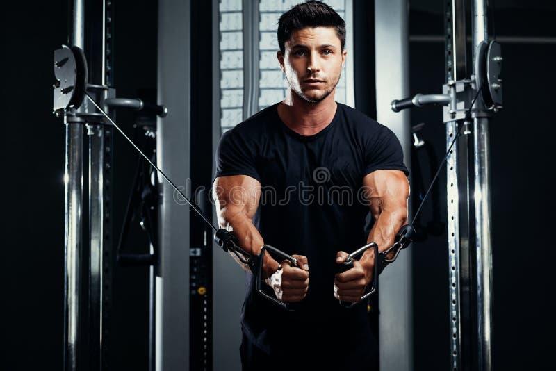 在健身房天桥的爱好健美者训练 免版税图库摄影