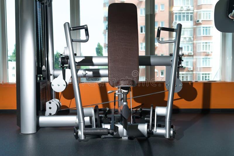 在健身房屋子的不同的训练器材 库存图片