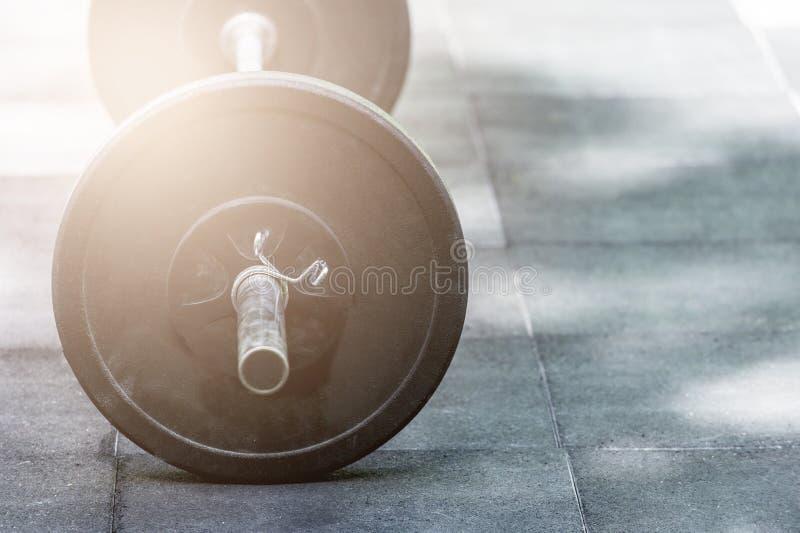 在健身房演播室copyspace体型举重健身力量力量耐力敏捷性锻炼e的地板上的重的杠铃 库存图片