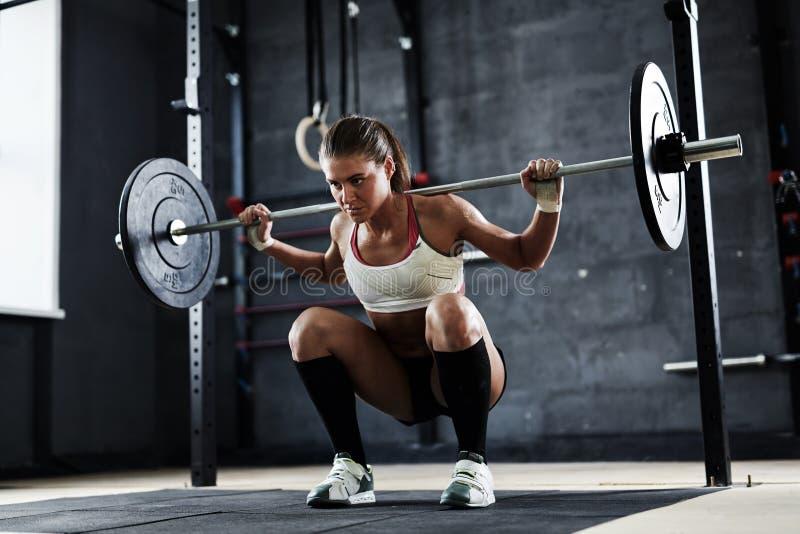 在健身房的举的重量 免版税图库摄影